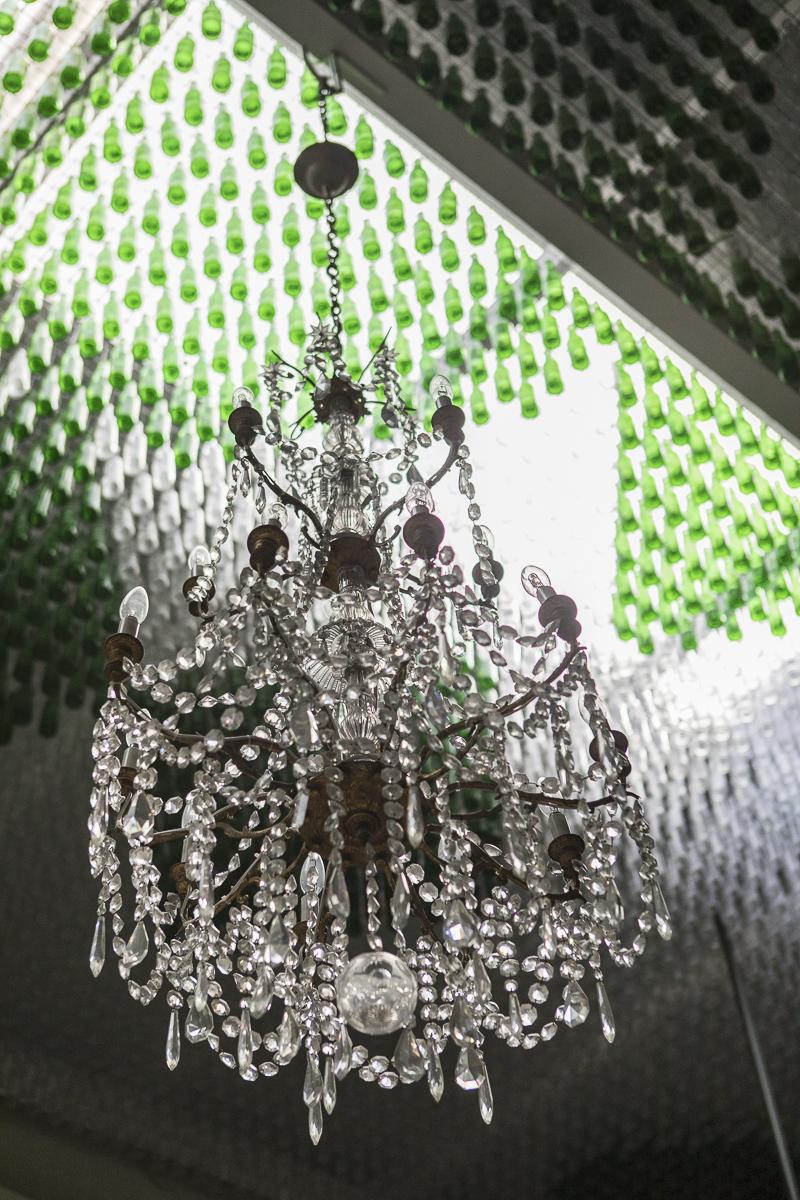 Detalle techo y lámpara araña. Foto @GITANETA