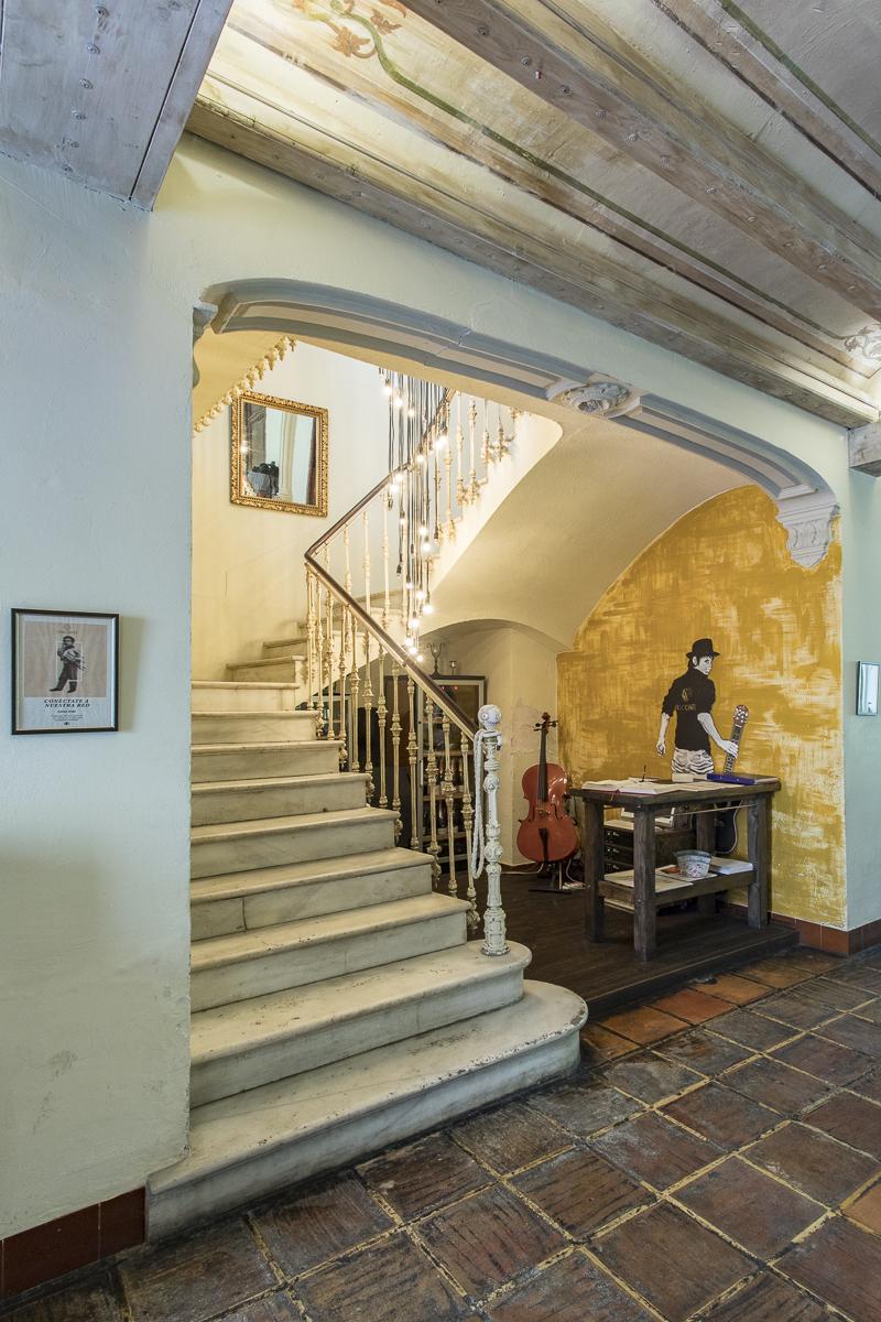 Escalera, zona músicos, recepción clientes. Restaurante Visconti. Fotografía @GITANETA