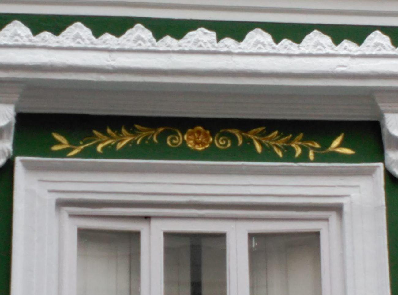 Detalle fachada Visconti, potenciando la ornamentación en blanco y dorado sobre fondo verde. Inma Gregori 2015.
