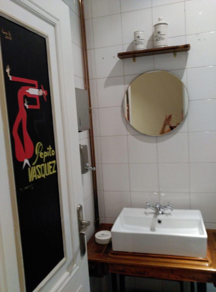 Aseos masculinos detalles: puerta pintada a mano, mueble recuperado para lavabo , estante y separador, espejo de origen reubicado, complementos decorativos. Inma Gregori 2015.