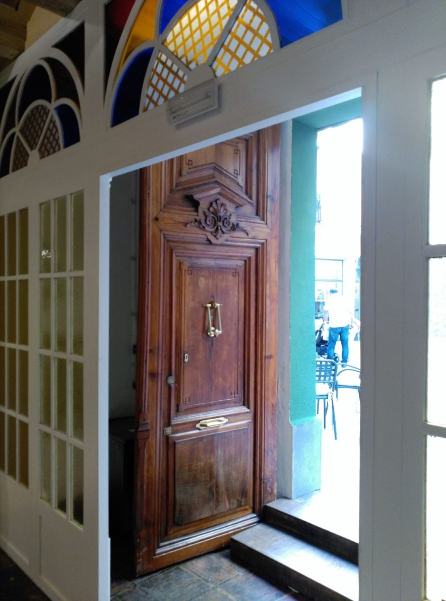Detalle acceso de la calle de Visconti. Cristalera y puerta original de la casa.