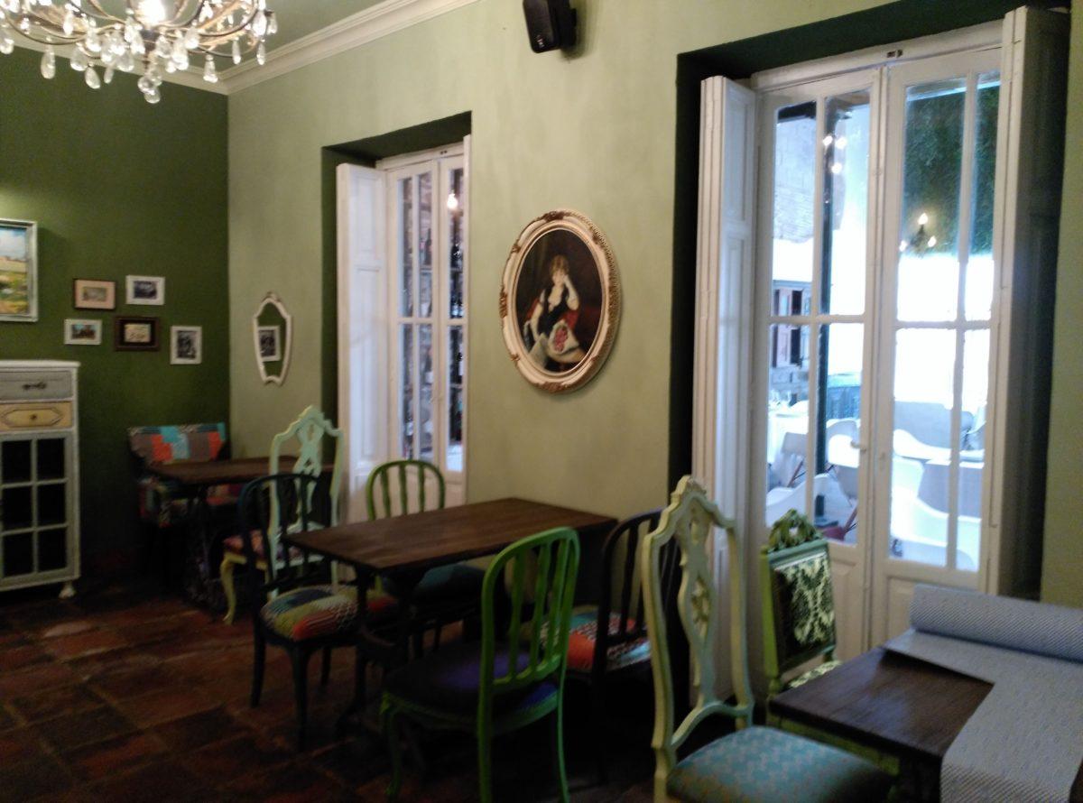 Detalle de la Sala verde de la zona de gastro en Visconti. Sillas de diferentes estilos recuperadas pintadas a mano y tapizadas. Mesas hechas con patas de muebles de máquinas de coser. Búsqueda de cuadros espejos y lámparas en rastros para el ambiente. Inma Gregori 2015.