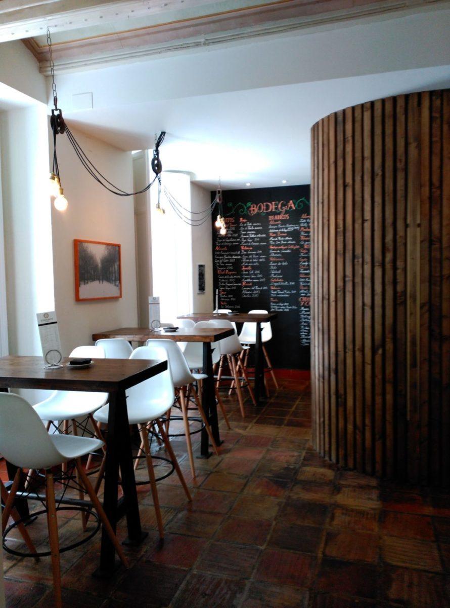 Zona Gastro, decoración Inma Gregori 2015 en Visconti. Lámparas estilo industrial hechas con poleas del rastro, mesas altas hechas a medida, separador zona de baños y pizarra escrita a mano con tiza.