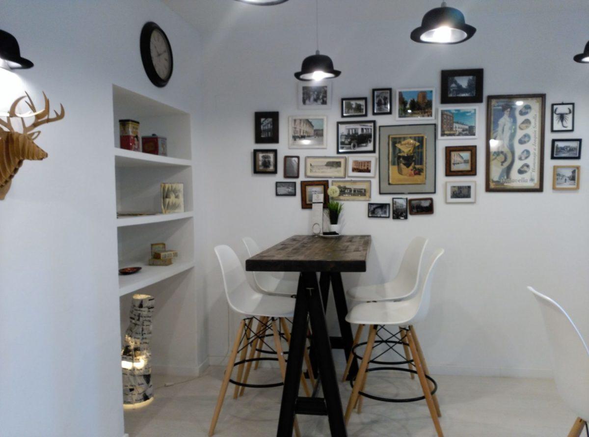 Habitación blanca inspirada la estética de la poesía visual, recreando época de principios s. XX.
