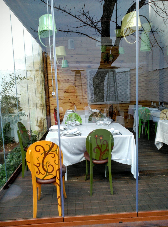 Detalle sillas en su ubicación final. Vista desde el jardín. Visconti 2015. Por Inma Gregori.