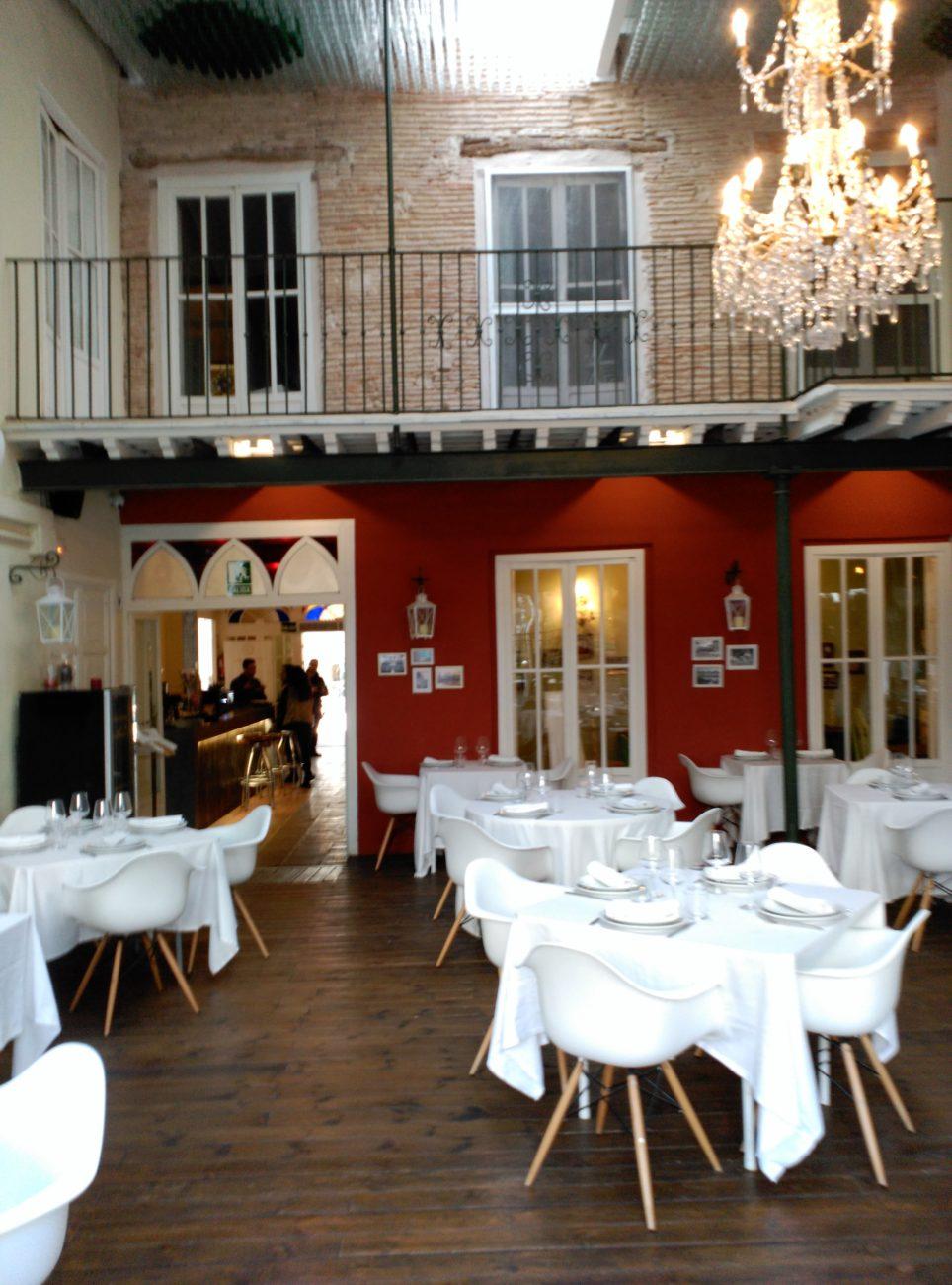 Vista Salón PrincipaL con acceso zona barra en Visconti. decoración de interiores Inma gregori 2015.