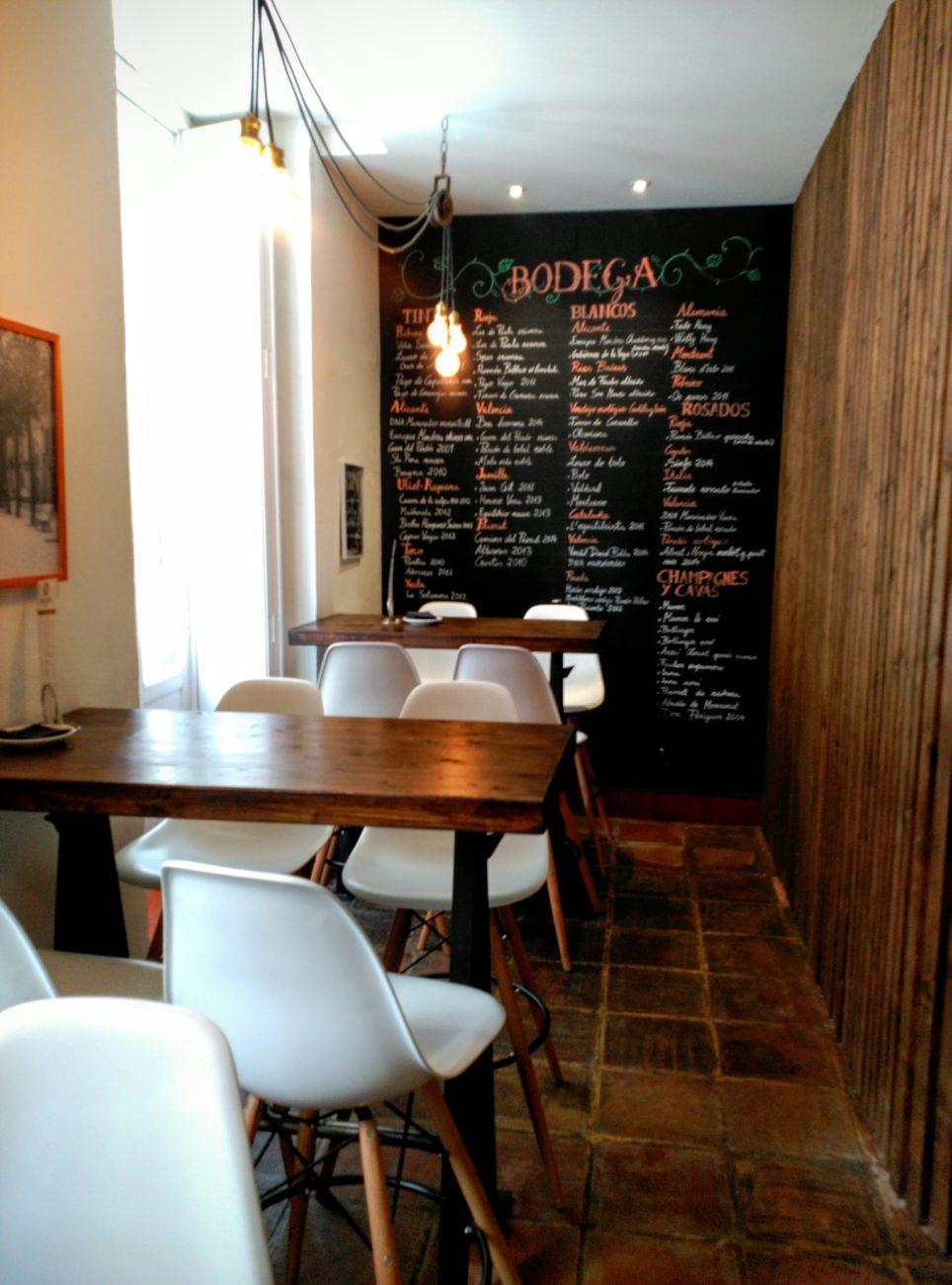 Vista zona gastro con mesas altas. Decoración integral Inma Gregori 2015 en Visconti.